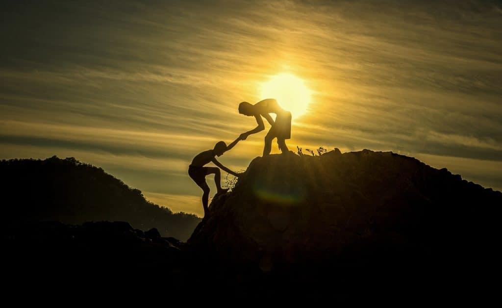 samen bergen beklimmen